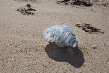 bouteille plastique sur la plage