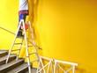 Leiter mit gelber Wand