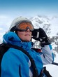 Skifahrerin telefoniert