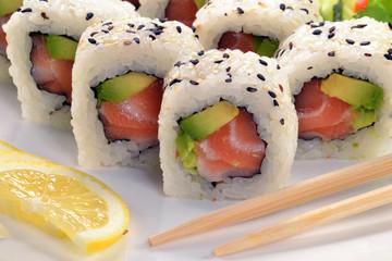 Sushi roll de salmón con aguacate,comida japonesa.