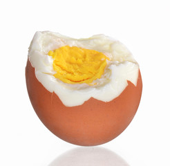 Huevo sancochado pelado.Cascara de huevo.
