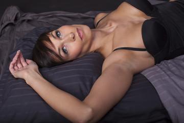 attraktive Frau im Bett
