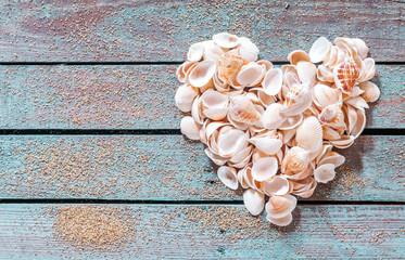 Muschel Herz auf alt Holz