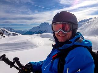 Skifahrer im Sessellift