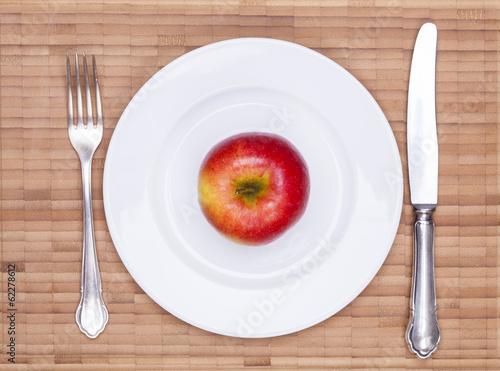 Gedeckter Tisch und Apfel