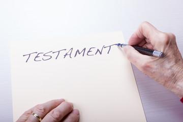 Seniorin schreibt das Testament
