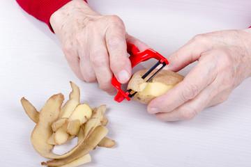 Kartoffel schälen mit einem Sparschäler