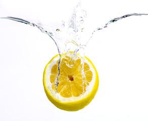Zitrone im Wasser
