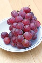 uva rossa da tavola su piatto
