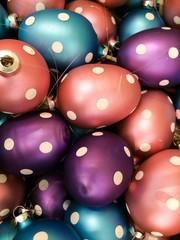 Ostereier mit Punkten