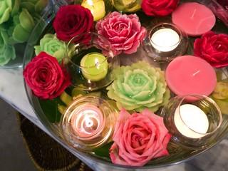 Wasserschale mit Schwimmkerzen und Rosen