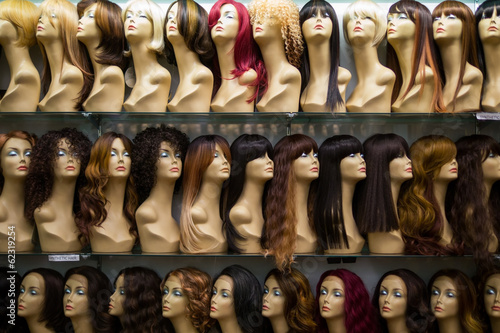 Leinwanddruck Bild rows of mannequins ina wig shop