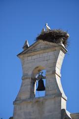 Campanario con nido de cigüeña