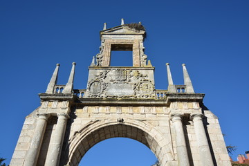 Frontal en ruinas de iglesia antigua en Burgos, España