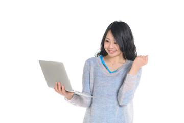 ノートパソコンを持ってOKサインをする女性