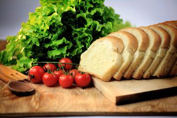 panino tramezzino buffet con insalata e pomodori