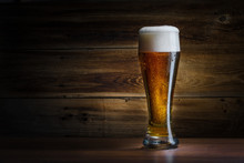 "Постер, картина, фотообои ""beer glass on a wooden background"""