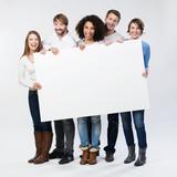 lachende junge leute zeigen weißes plakat