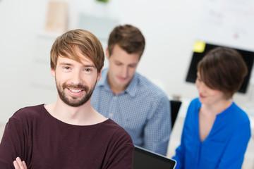 dynamischer junger mann im büro