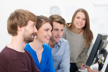 junges team schaut auf computer