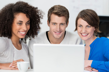 business-team schaut auf laptop