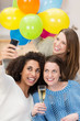drei freundinnen feiern zusammen