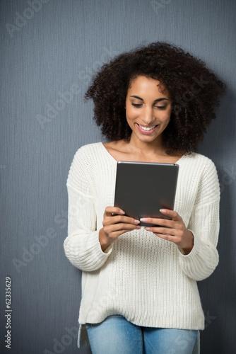 junge frau schaut auf ihr tablet