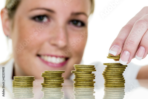Frau stapelt Münzen