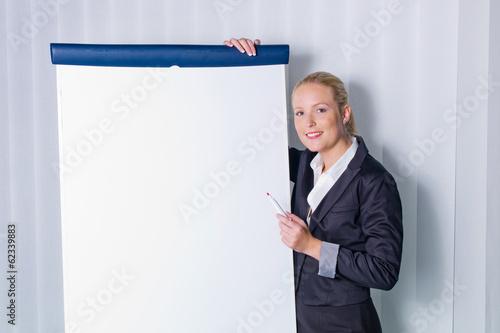 Frau mit Flip-Chart