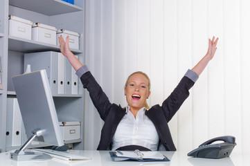 junge erfolgreiche Frau in einem Büro
