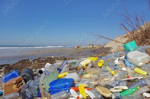 Leinwanddruck Bild plage polluée de déchets plastiques flottants