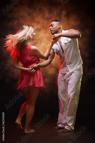 Papiers peints Ecole de Danse Young couple dances Caribbean Salsa