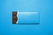 Schokoladentafel auf blauem Hintergrund - 62346040