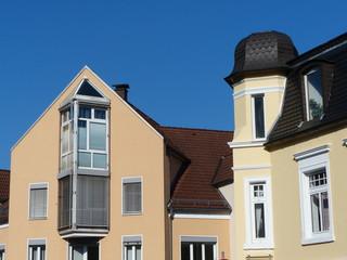 Altbau und Neubau an einer Straßenecke in Oerlinghausen