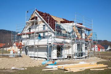 Rohbau eines neuen Wohnhauses für eine Familie
