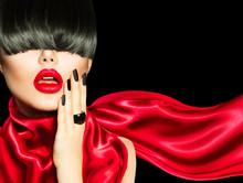 Wysokiej mody dziewczyna z modnych fryzur, makijażu i manicure