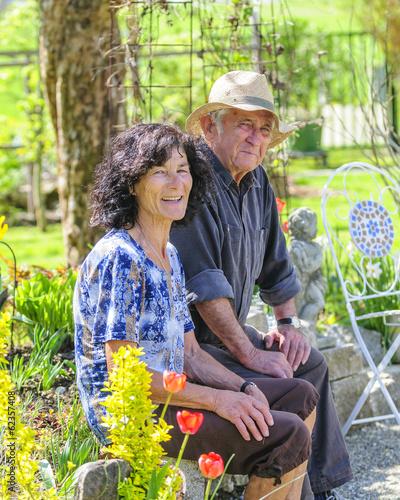 Rentnerpaar im Garten