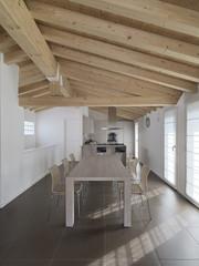 Foto: sala da pranzo con vista sulla cucina e soffitto di legno