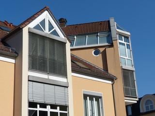 Neubaufassade mit Jalousien und Sonnenschutz in Oerlinghausen