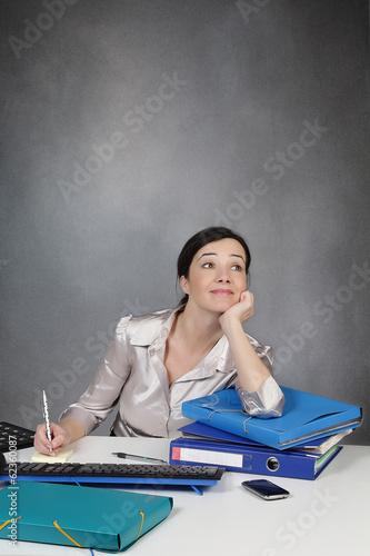 femme rêvant au travail
