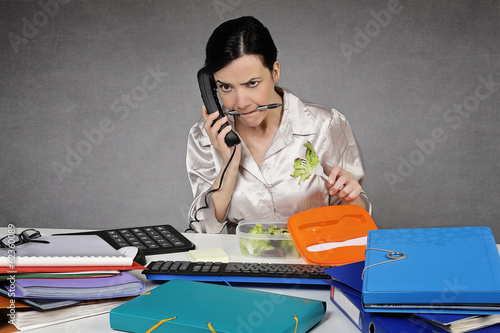 femme énervée au bureau