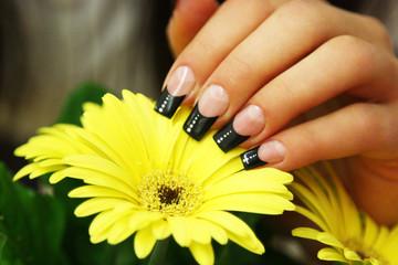 Schwarzer French mit gelber Blume