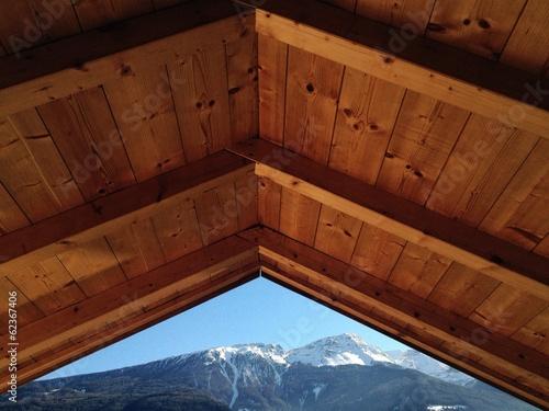 Dach mit schneebedeckten Bergen