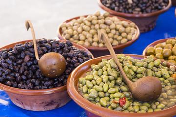 eingelegte Oliven auf einem spanischen Wochenmarkt