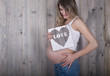 schöne moderne schwangere mit love holz