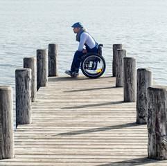 junger Mann im Rollstuhl - nachdenklich