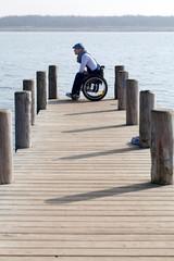 Rollstuhlfahrer mit nachdenklichen Blick