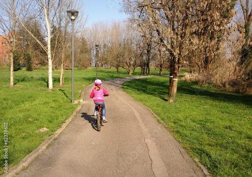 bambina in bicicletta