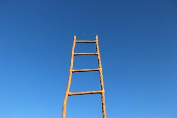 alcanzar el cielo con escalera de madera