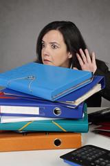 femme terrorisée au bureau